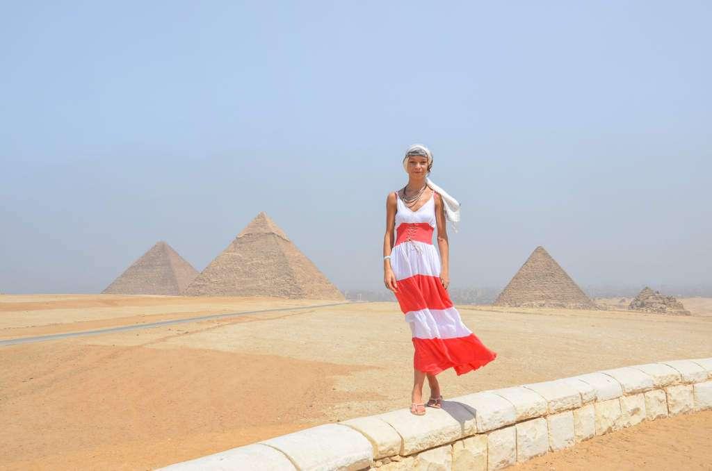 kobieta-egipt-piramidy.jpg