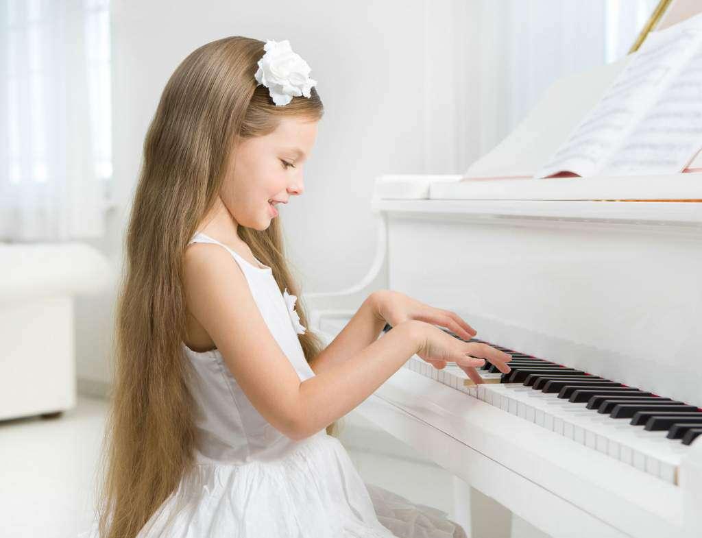 biały-kolor-dzziewczynka-fortepian.jpg