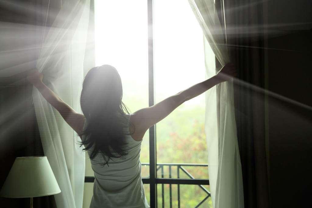 poranek-okno-kobieta.jpg