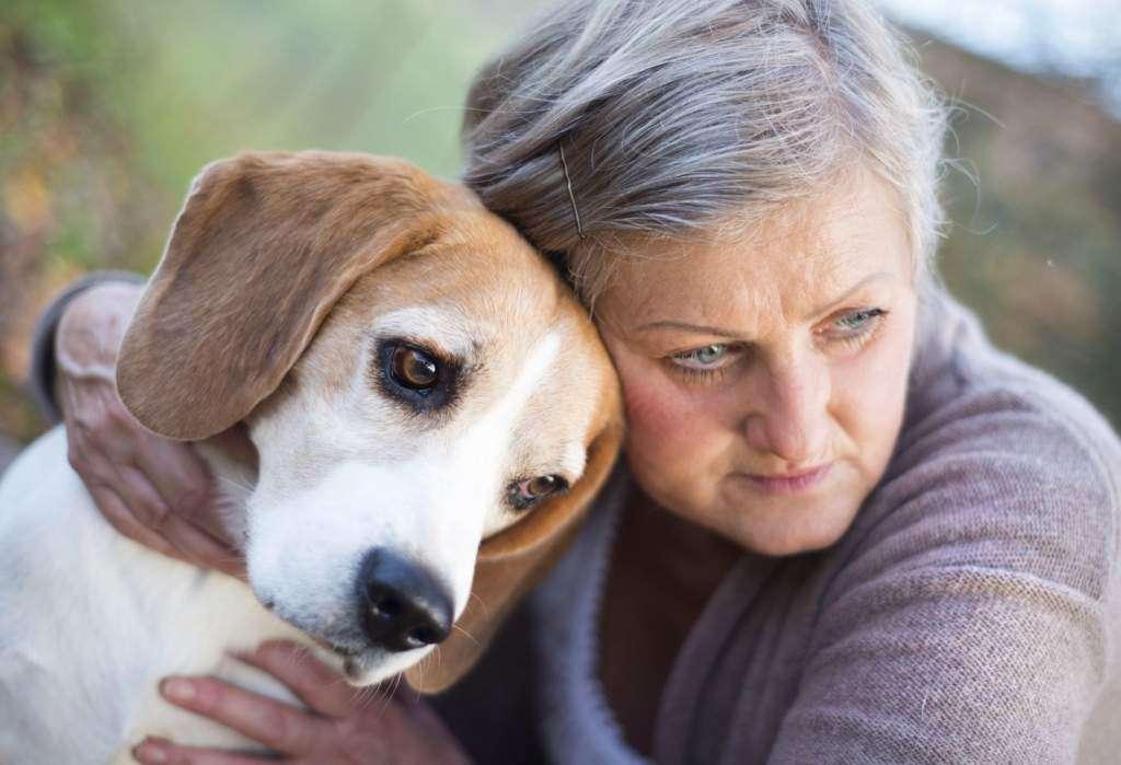przytulanie-psa-kobieta-wieś.jpg