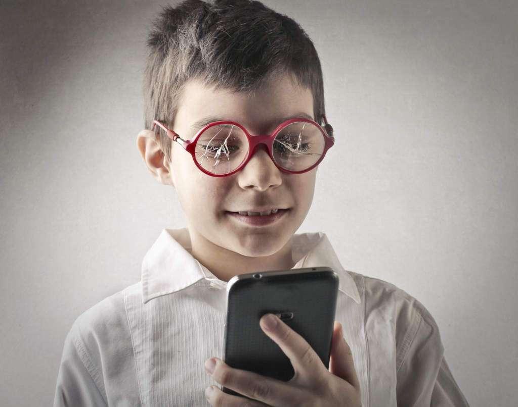 smartfon-wzrok-dziecko-okulary.jpg