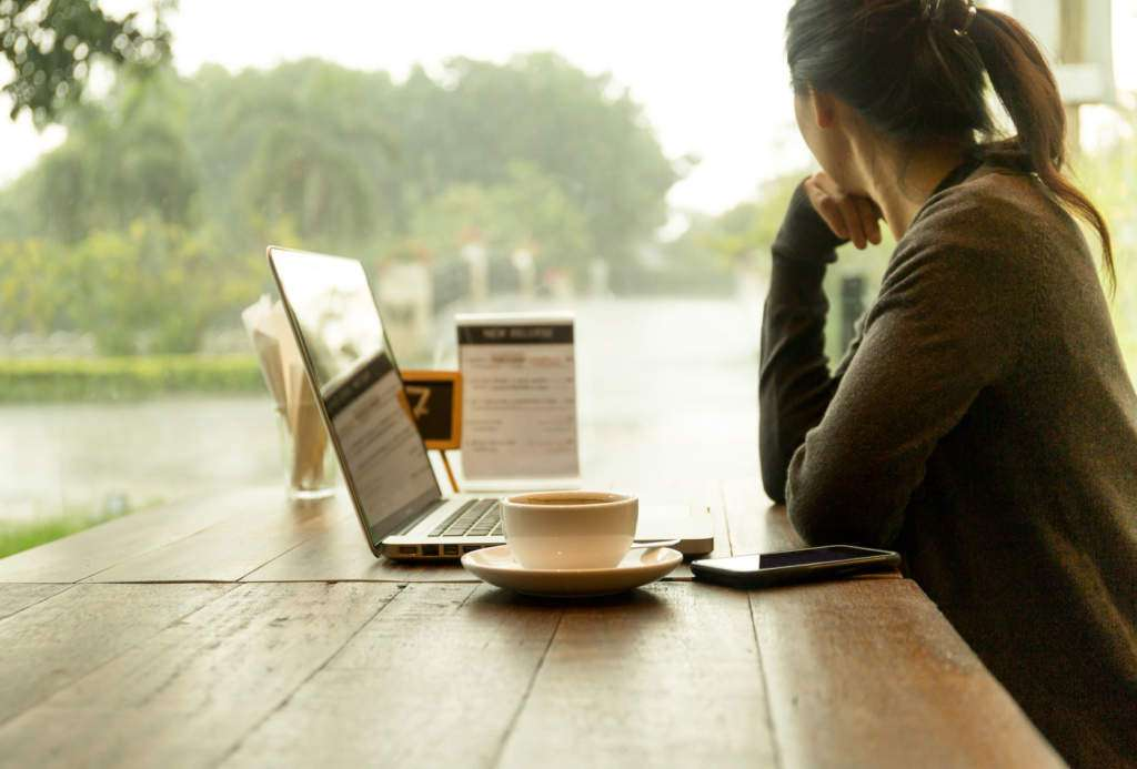 pztrzenie-przez-okno-kobieta-laptop.jpg