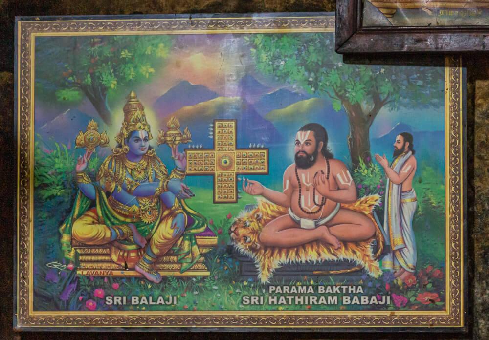 Hampi, Karnataka, Indie - Świątynia Malyavanta Raghunatha. Kolorowe oprawki. obraz przedstawiający Sri Babaji i Hathiram w zielonym środowisku ze złotym krzyżem